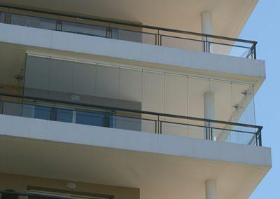 Conception d'une fermeture repliable appelée rideau de verre pour profiter de sa terrasse toute l'année à Marseille