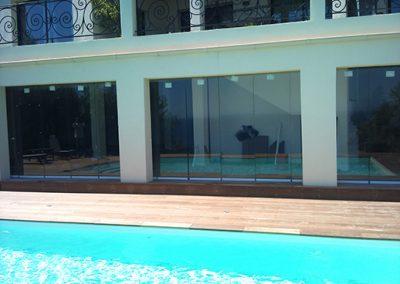 Conception terrasse avec fermeture repliable appelée rideau de verre à Nice