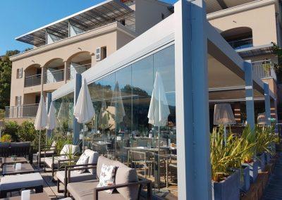 Fermeture de terrasse d'hôtel restaurant par des rideaux de verre au Rayol Canadel dans le Var 83