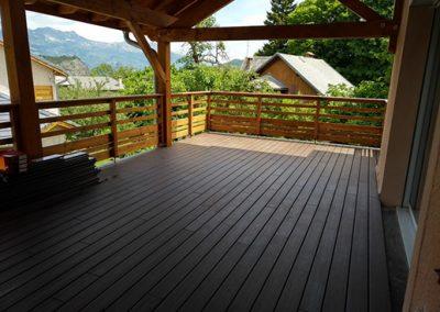 Terrasse avec lames bois composite Fiberon Xtrême 20 pour une maison dans les Alpes
