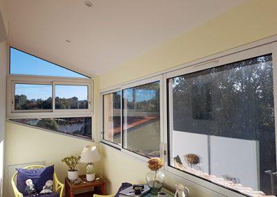 Menuiserie en trapèze aluminium pour fermer un balcon de maison à St Maximin dans le Var 83