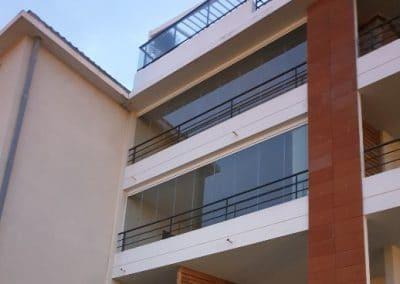 Fermeture de balcon terrasse par un rideau de verre Résidence Les Demeures de Tigrane Marseille 13008