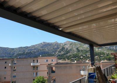 Pergola bioclimatique (brise-soleil à lames aluminium orientables) pour protéger un balcon au 6ème étage à Marseille 13009