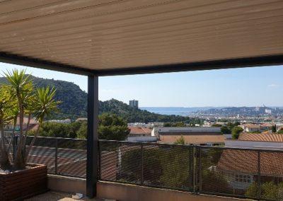 Pergola bioclimatique à lames orientables sur toit terrasse à Marseille