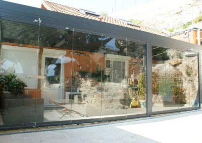Création de terrasse avec une Pergola bioclimatique et rideau de verre Marseille 13016