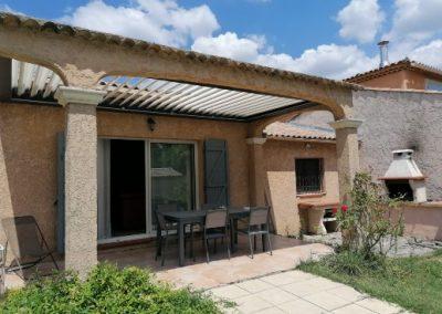 Couvrir une terrasse entre murs par une pergola bioclimatique suspendue à côté d'Aix en Provence