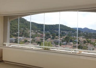 Fermeture de balcon par un rideau de verre à Marseille 13